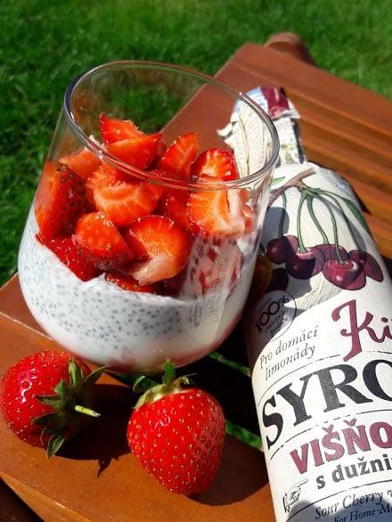 Jogurtovo-višňová snídaně Kitl s chia semínky