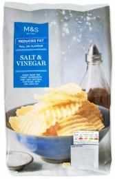 Marks & Spencer Vroubkované bramborové lupínky s příchutí soli a octa se sníženým obsahem tuku