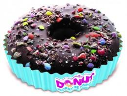 Donut s kakaovou polevou a drcenými bonbony