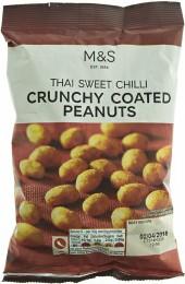 Marks & Spencer Loupaná pražená jádra arašídů obalená v mírně pálivé kořenící směsi s příchutí sladkého chilli