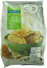 Marks & Spencer Vroubkované bramborové lupínky s příchutí čtyř sýrů a červené cibule se sníženým obsahem tuku