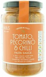 Marks & Spencer Rajčatová omáčka na těstoviny se sýry Pecorino Romano a Grana Padano, červenými chilli papričkami a italským extra panenským olivovým olejem