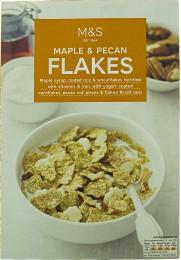 Marks & Spencer Rýžovo-pšeničné lupínky máčené v javorovém sirupu a kukuřičné lupínky máčené v jogurtu s kousky pekanových a para ořechů