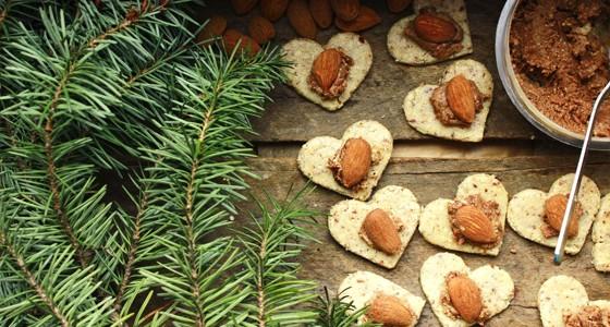 Raw mandlová srdíčka s ořechovým máslem