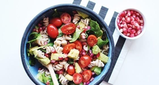 Těstovinový salát savokádem a granátovým jablkem