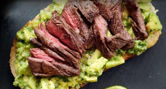Sendvič s minutkovým steakem a avokádem