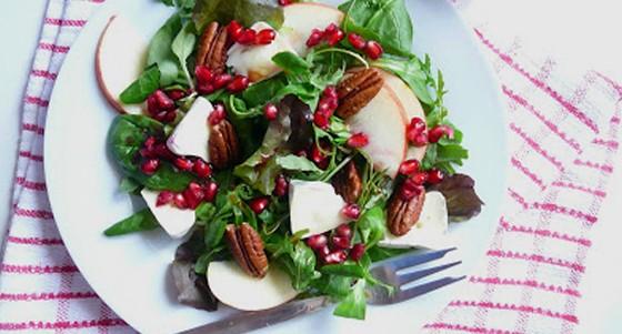 Salát s granátovým jablkem, pekany a hermelínem