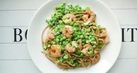 Celozrnné špagety s hráškem a krevetami