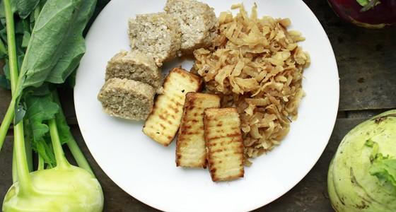 Kedlubnové zelí s tofu a kroupovými knedlíky