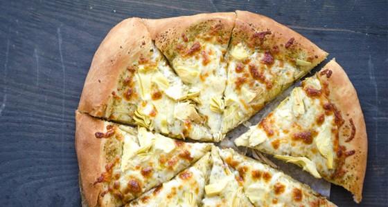 Smetanová pizza s pestem a artyčoky