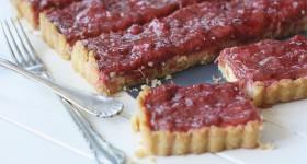 Křehký koláč s rebarborou a jahodami.