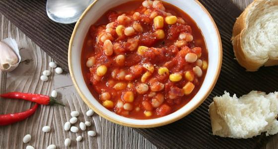 Fazole v kořeněné rajčatové omáčce