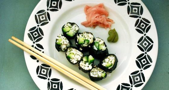 Sushi s květákovou rýží a okurkou
