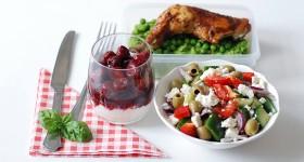 Kuře s hráškovým pyré, řecký salát a ovocný jogurt