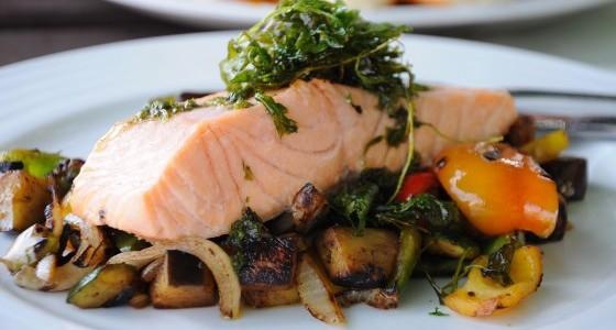 Grilovaný losos se zeleninou