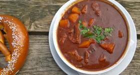 Gulášová polévka s domácím křupavým preclíkem