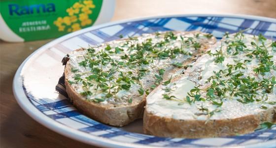 Domácí chleba s čerstvou řeřichou