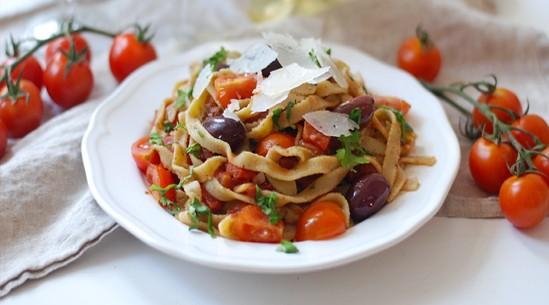 Čerstvé těstoviny s olivami a rajčatovou omáčkou