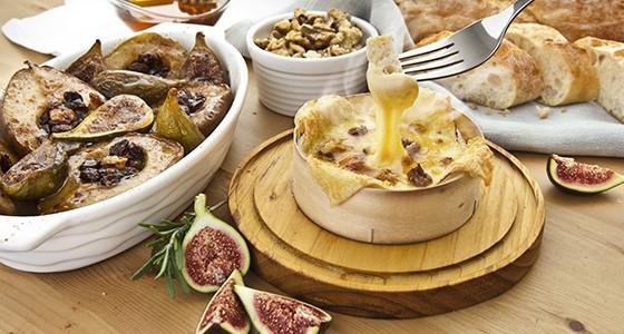 ROUGETTE rozpékací sýr s medem, ořechy, fíky a pečenými hruškami