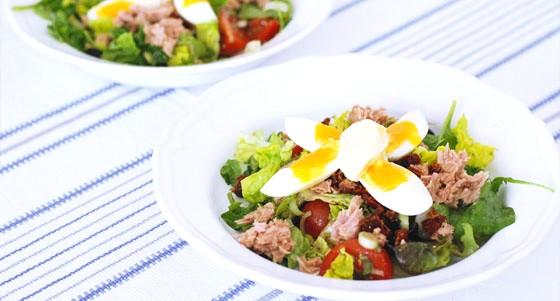 Tuňákový salát s vejcem
