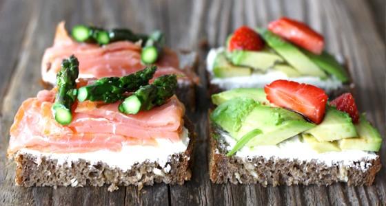 Žitný chléb s avokádem a uzeným lososem