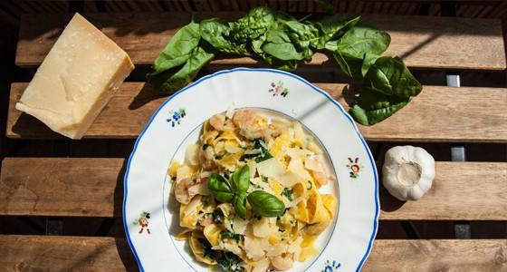 Tagliatelle s chilli, špenátem a krevetami