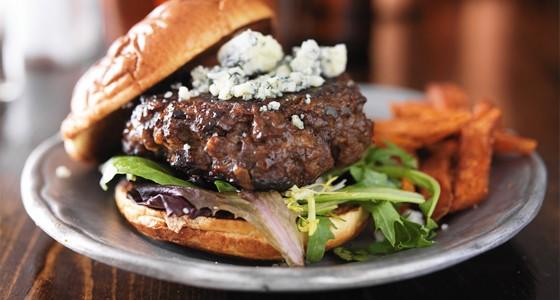 Hovězí burger s modrým sýrem a batáty