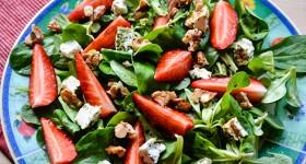 Salát z polníčku, jahod a vlašských ořechů